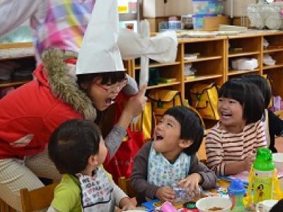 保育の様子②先生お手製の小人の帽子!みんなこんにちは!
