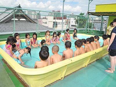夏には園内プールも!