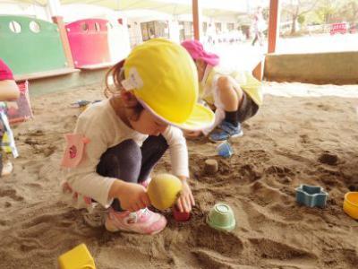 お砂場に夢中!幼稚園への期待がふくらむ2歳児の幼稚園訪問